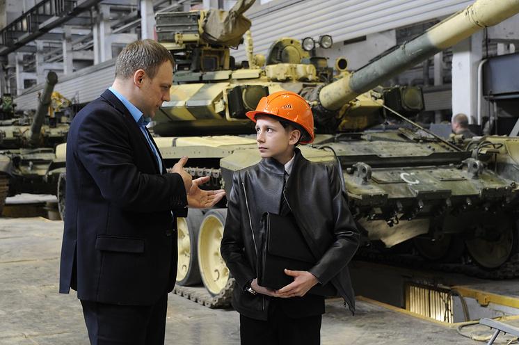 Егор и замначальника сборочного цеха Алексей Калитюк.