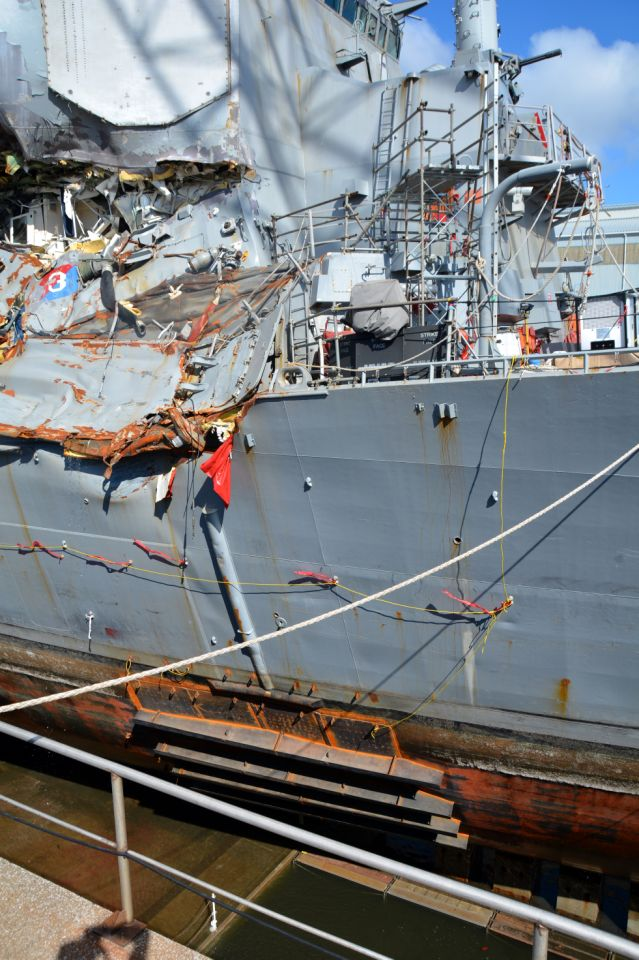 Повреждения на борту эсминца USS Fitzgerald ВМС США.