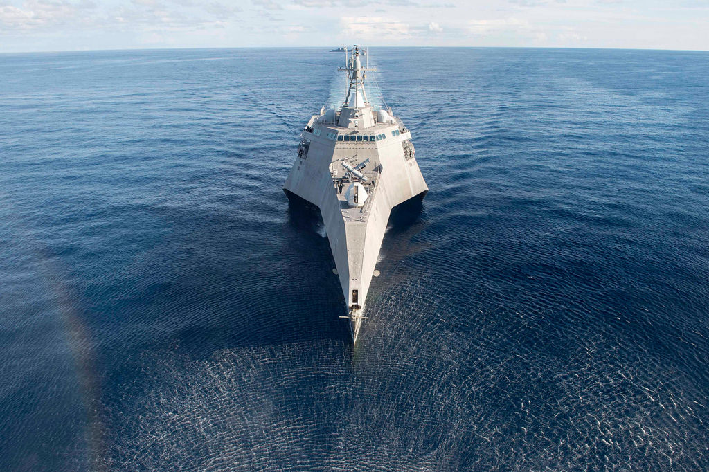 Прибрежный боевой корабль USS Coronado (LCS 4) в Южно-Китайском море во время учений CARAT 2017 с ВМС Сингапура, июнь 2017.