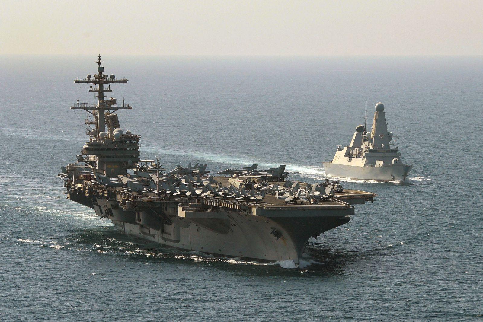 Американский атомный ударный авианосец USS George H W Bush и эсминец HMS Defender ВМС Великобритании.