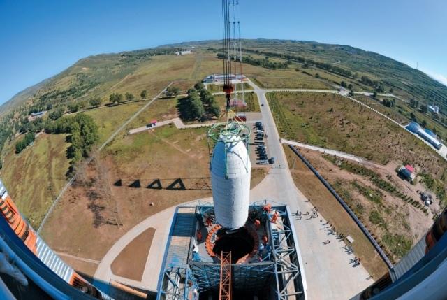 Установка головной части с полезной нагрузкой на ракету-носитель «Чанчжэн-4B» («Великий поход-4В») на космодроме Тайюань. Фото из журнала «Тайкун таньсо»