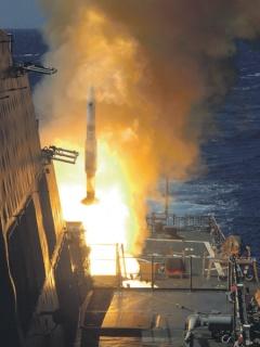 """Установки Mk41 могут использоваться как для пуска зенитных управляемых ракет семейства """"Стандарт"""", так и для стрельбы крылатыми ракетами """"Томагавк""""."""