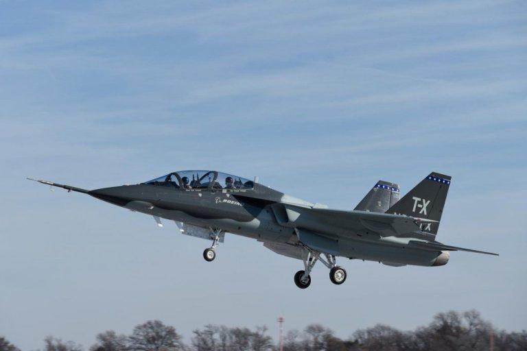 Первый прототип (серийный номер T1, американская гражданская регистрация N381TX) нового учебно-тренировочного самолета Т-Х (BTX-1), разработанного совместно корпорацией Boeing и шведской группой Saab AB для предложения на конкурс ВВС США по программе Т-Х, в первом полете. Сент-Луис, 20.12.2016.