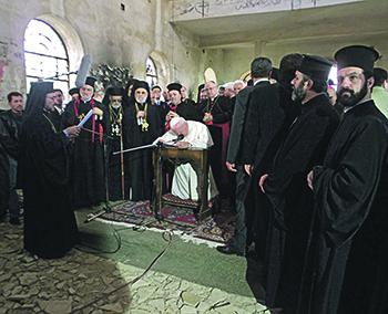 В 2001 году папа Римский Иоанн Павел II молился в поврежденной церкви города Кунейтра на Голанских высотах. Фото Reuters