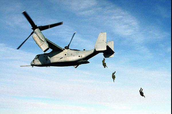Выброска парашютистов с борта конвертоплана V-22 Osprey.
