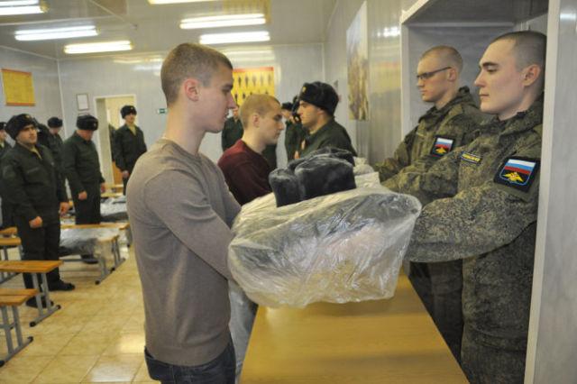В армию призывники идут не только в новенькой форме, но с персональными электронными картами.