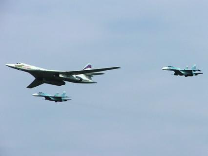 В полете Ту-160 с сопровождением. Фото Павла Аджигильдяева