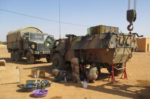 Ремонт бронетранспортера VAB французской армии в Мали, 2015 год.