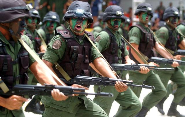 Венесуэльские солдаты с автоматом Калашникова АК-103