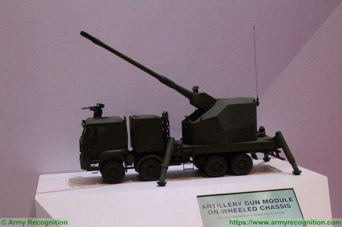 Модель 155 мм артиллерийской передвижной системы (самоходной гаубицы), установленной на военном грузовике (колесное шасси 8x8), представленная на выставке Singapore AirShow 2018 немецкой оборонной компанией KMW (Krauss-Maffei Wegmann) в лице отделения KNDS (KMW + Nexter Defense Systems).