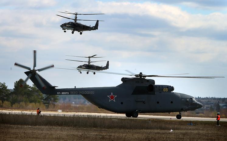 Вертолет Ми-26 (на первом плане) и вертолеты Ка-52 на военном аэродроме Кубинка.