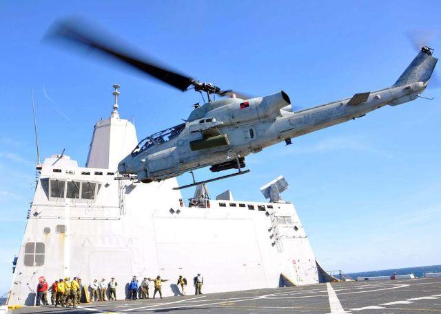 Вертолет AH-1W Cobra над полетной палубой десантного штурмового корабля USS San Antonio LPD-17