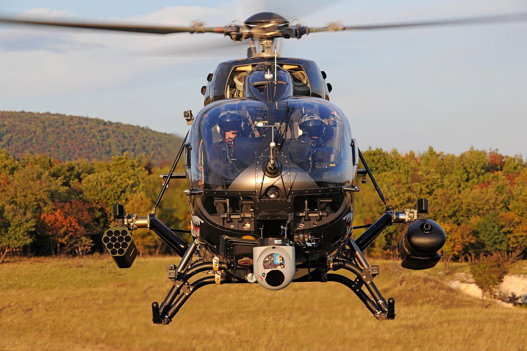 Легкий многоцелевой вертолет Airbus Helicopters Н145М с комплексом вооружения Airbus HForce во время испытаний в Венгрии, 2017 год.