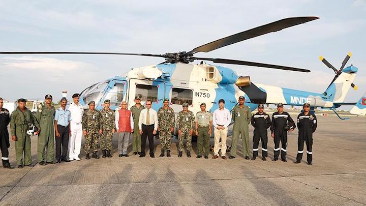 Второй полученный Национальными силами обороны Мальдив в порядке помощи от Индии вертолет HAL Dhruv и индийский летный и технический состав, обслуживающий вертолет на Мальдивских островах. Вертолет был передан в 2016 году из состава авиации ВМС Индии и сохранил ее бортовой номер IN750. Снимок апреля 2016 года.