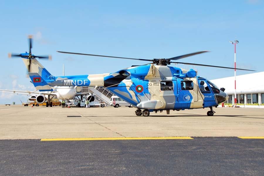 Первый полученный Национальными силами обороны Мальдив в порядке помощи от Индии вертолет HAL Dhruv. Вертолет был передан в 2010 году из состава береговой охраны Индии и сохранил ее бортовой номер CG852. Снимок апреля 2010 года.
