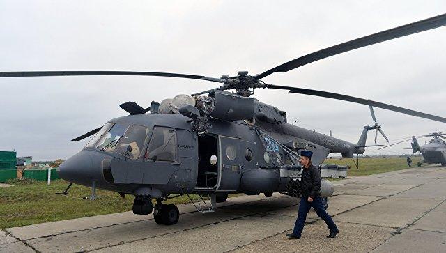 Вертолет Ми-8АМТШ перед началом учебно-тренировочных занятий авиационного соединения армейской авиации ЮВО в Ростовской области. 24 октября 2017.