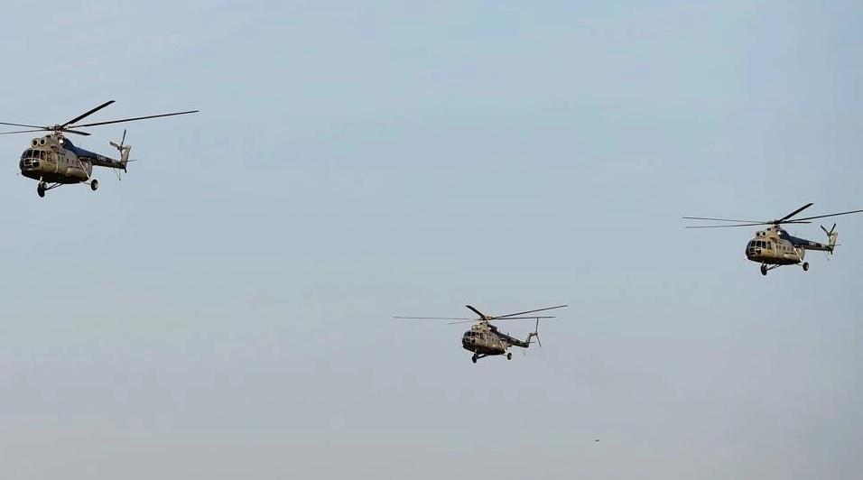Церемониальный проход четырех последних вертолетов Ми-8Т из состава 112-го вертолетного отряда ВВС Индии на церемонии вывода этого типа. Йелаханка, 17.12.2017.