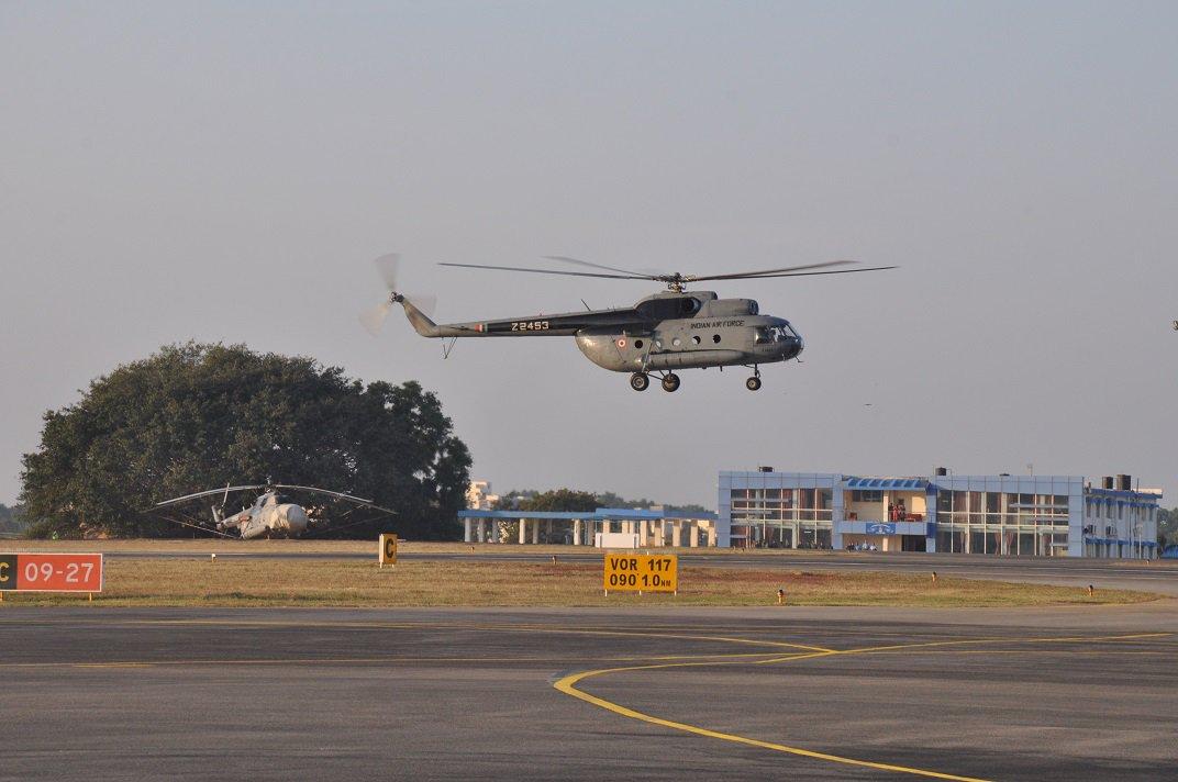 Церемониальный последний полет последнего вертолета Ми-8Т (индийский военный номер Z2453) ВВС Индии. Йелаханка, 17.12.2017.