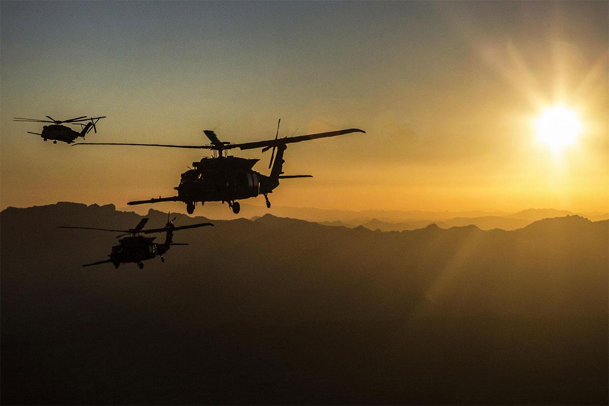 Вертолеты Sikorsky MH-60M Blackhawk армейской авиации США и Sikorsky CH-53E Super Stallion корпуса морской пехоты США в ходе совместных учений по дозаправке топливом в воздухе. Юма (Аризона), 06.10.2017.