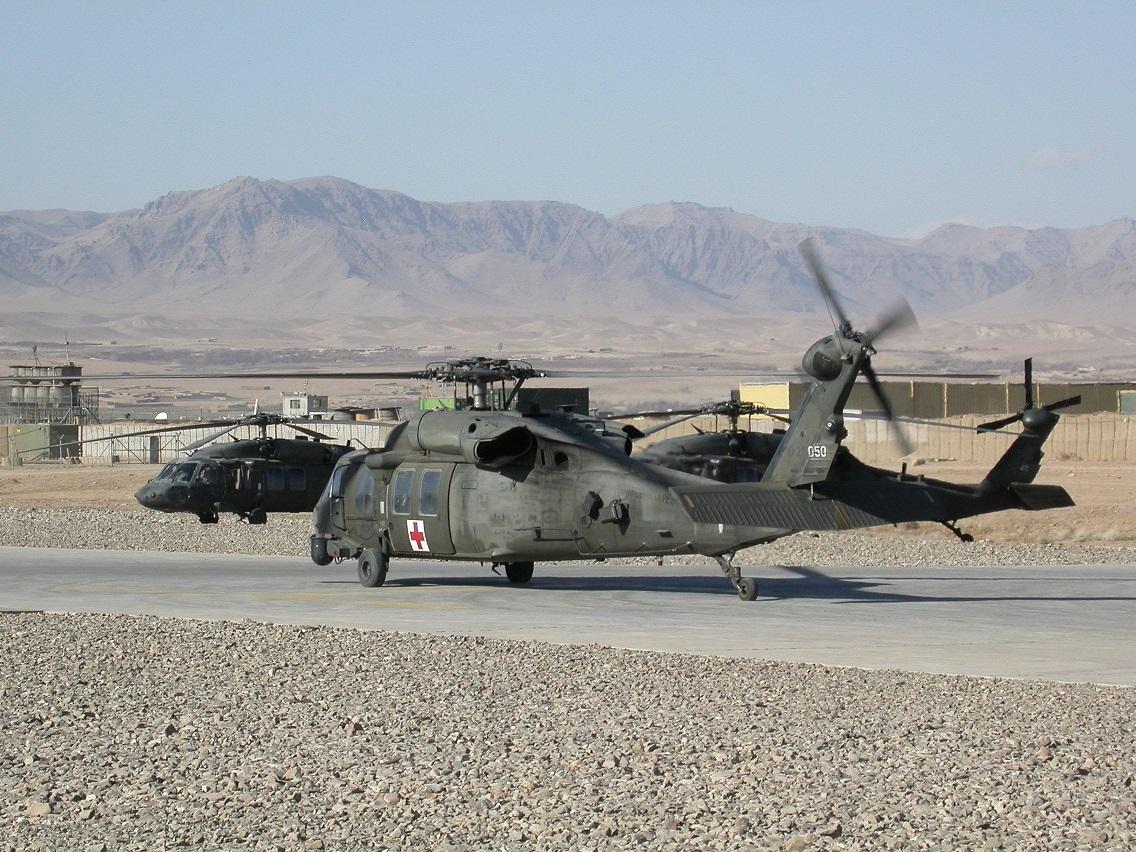 """Вертолеты Sikorsky UH-60A Black Hawk армейской авиации США в Афганистане. На переднем плане медицинский эвакуационный вертолет с номером 88-26050 из состава роты """"С"""" 3-го батальона 82-го полка армейской авиации авиационной бригады 82-й воздушно-десантной дивизии. Таринкот, октябрь 2009 года."""