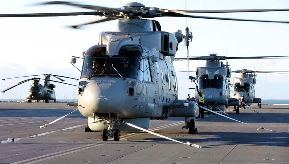 Вертолёты на палубе авианосца HMS Queen Elizabeth.
