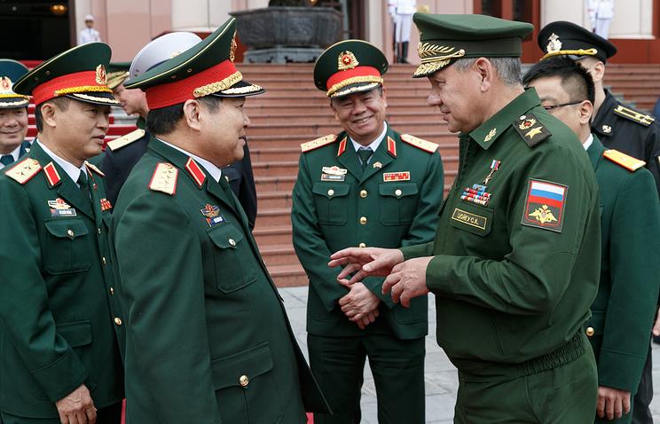 Министр обороны Вьетнама Нго Суан Лить (второй слева) и министр обороны РФ Сергей Шойгу (справа).