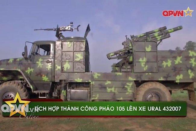 """Вьетнамская САУ на базе российского грузовика """"Урал"""", вооруженная американской 105-мм гаубицей М101А1."""
