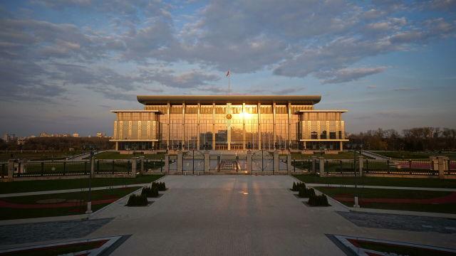 Вид на здание дворца независимости в Минске
