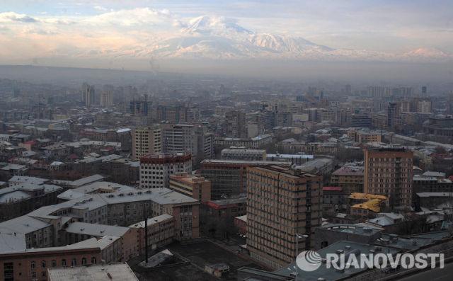 Вид Еревана. На заднем плане - гора Арарат.
