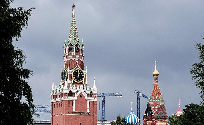 Вид на Спасскую башню Московского Кремля.