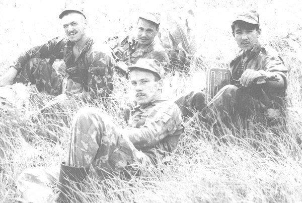 В верхнем ряду посередине — Герой России Владимир Елизаров, который в одиночку сражался врукопашную с пятью боевиками.