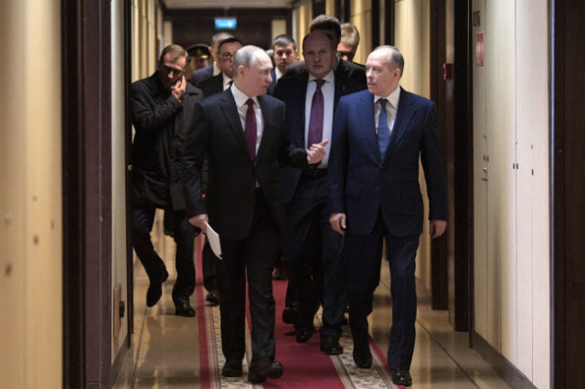 Владимир Путин и Александр Бортников перед началом выступления главы государства на расширенном заседании коллегии.