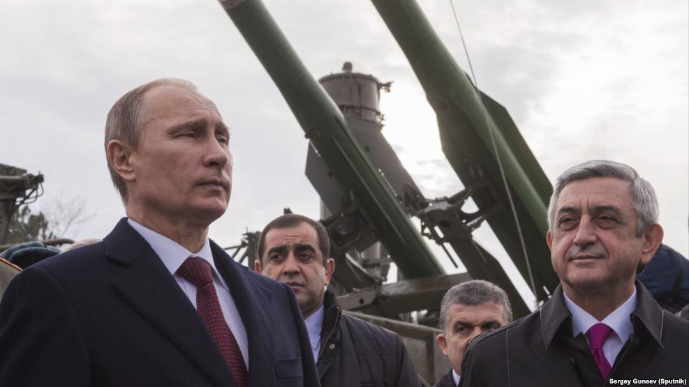 Президенты России и Армении Владимир Путин и Серж Саргсян на российской военной базе в Гюмри. Декабрь 2013 года.