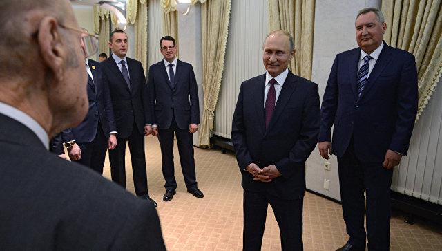 Президент РФ Владимир Путин и заместитель председателя правительства РФ Дмитрий Рогозин во время встречи с представителями ВПК СССР. 14 ноября 2017.