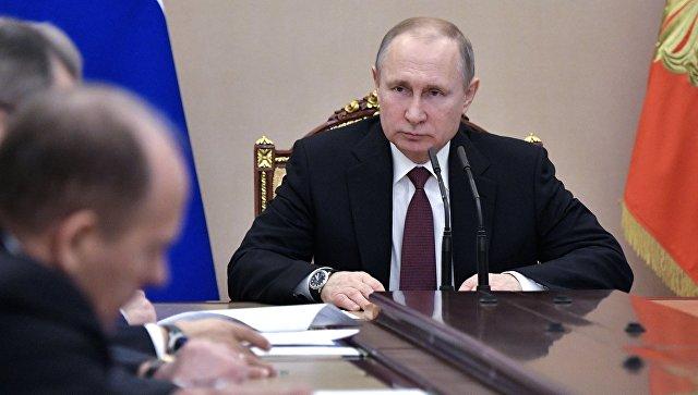 Владимир Путин проводит совещание с постоянными членами Совета безопасности РФ. Архивное фото.