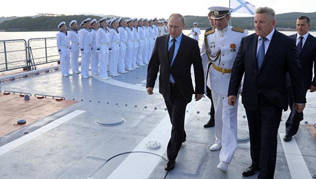 Президент РФ Владимир Путин во время осмотра корвета проекта 20380 Совершенный в бухте Аякс. 6 сентября 2017.