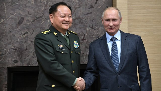 Владимир Путин и заместитель председателя Центрального военного совета Коммунистической партии Китая Чжан Юся во время встречи. 7 декабря 2017.