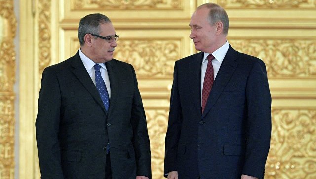 Владимир Путин и чрезвычайный и полномочный посол Арабской Республики Египет Ихаб Ахмед Талаат Наср на церемонии вручения верительных грамот послов иностранных государств. 11 апреля 2018.