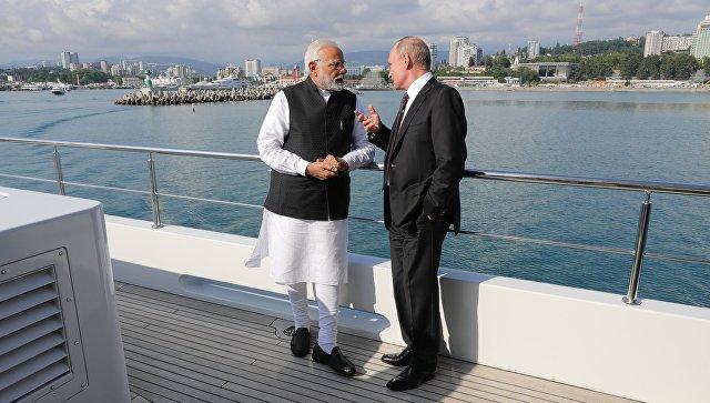 Президент РФ Владимир Путин и премьер-министр Республики Индии Нарендра Моди во время морской прогулки на судне. 21 мая 2018.