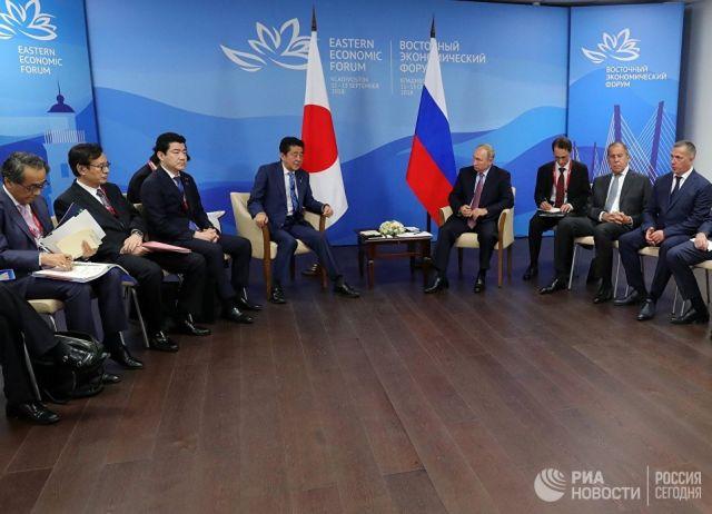 Владимир Путин и премьер-министр Японии Синдзо Абэ во время встречи в рамках IV Восточного экономического форума на территории ДВФУ на острове Русский