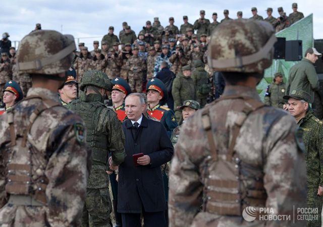 Владимир Путин на полевом смотре войск во время основного этапа военных маневров российских и китайских вооруженных сил Восток-2018. 13 сентября 2018