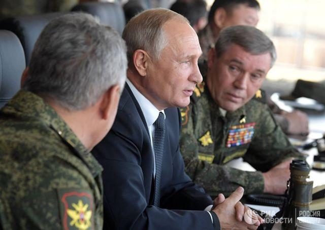 Владимир Путин наблюдает за ходом военных маневров российских и китайских вооруженных сил Восток-2018 с командного пункта на полигоне Цугол в Забайкал
