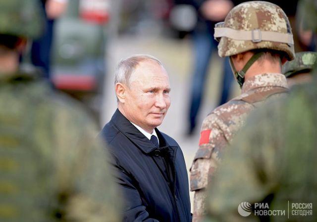 Владимир Путин во время полевого смотра войск после окончания основного этапа военных маневров Восток-2018 на забайкальском полигоне Цугол. 13 сентябр