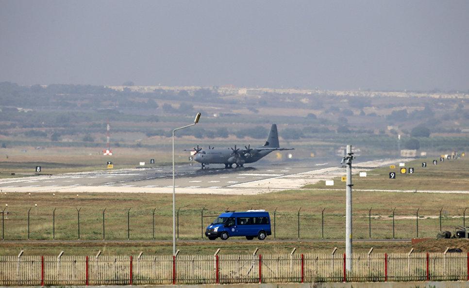 Военно-транспортный самолет ВВС США С-130 Hercules на авиабазе Инджирлик в Турции.