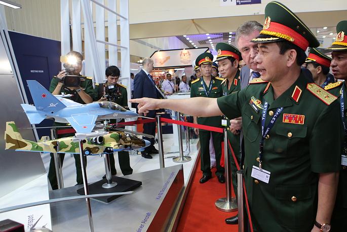 """Военнослужащие Вьетнама у стенда """"Рособоронэкспорта""""."""