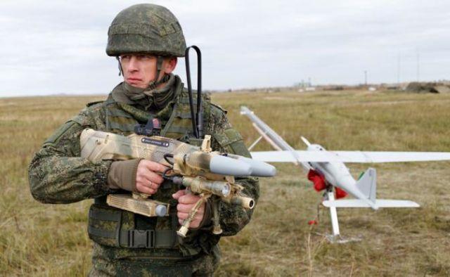 Военнослужащий с оружием защиты от дронов REX 1
