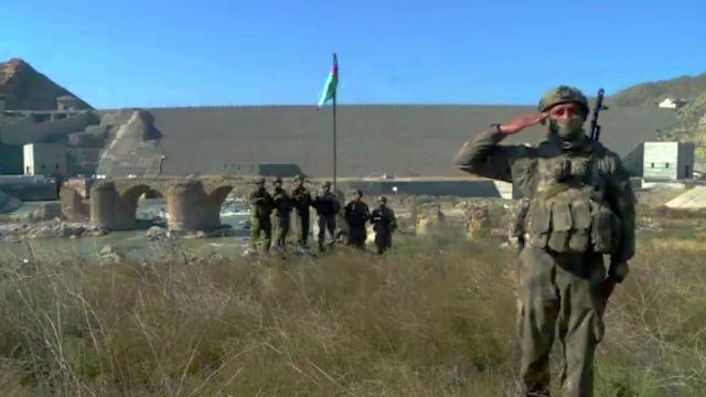 Военнослужащие Азербайджана у Худаферинского моста на линии соприкосновения в Карабахе. Стоп-кадр видео