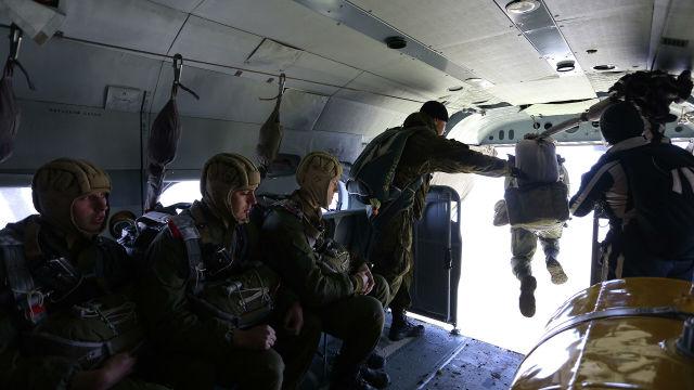 """Военнослужащие соединения специального назначения во время отработки десантирования из транспортно-боевых вертолетов Ми-8АМТШ """"Терминатор"""""""