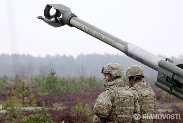 Военнослужащие блока НАТО возле гаубицы М-777
