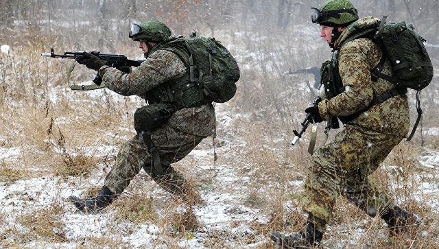 Военнослужащие демонстрируют боевую экипировку Ратник во время проведения учений. Архивное фото.